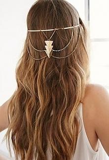 Naturalny kolor, długie z piękną biżuterią. Czego chcieć więcej :)