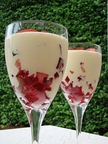 Deser lekki jak chmurka Skladniki: puszka mleka skondensowanego nieslodzonego 3 galaretki w róznych kolorach (u mnie zielony, czerwony i zólty) truskawki ciemna czekolada do dek...