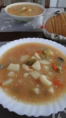 Zupka jarzynowa - uwielbiam zupy! Są lekkie, pożywne i wartościowe! A najlepsze jest to, że są na 2 dni! :P wracam z pracy, otwieram lodówkę i jest! :P PS: I mimo tej śmietany p...