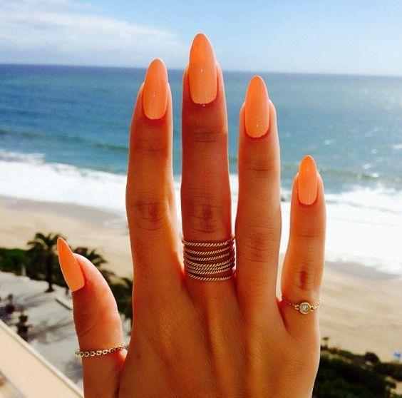Najpiękniejsza dłoń :) Długie pazurki z pięknym kolorem a o tle nie wspominam. Super!