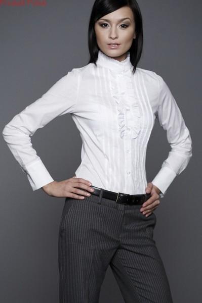 Groovy Elegancka bluzka koszulowa ozdobiona na dekolcie i stójce falba CZ49