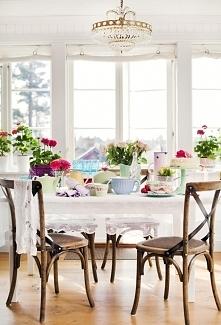 Biała kuchnia z dodatkiem świeżego koloru i zieleni - to kuchnia w kolorach w...