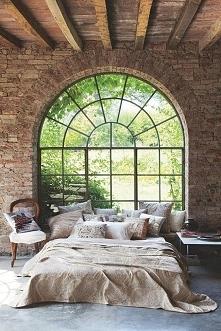 Sypialnia w stylu loft z pięknym oknem o łukowym zakończeniu - zobacz jak wyg...