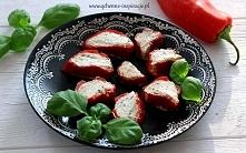 Pieczona papryka ramiro faszerowana ziołowym serkiem i migdałami.  Przepis po kliknięciu w zdjęcie