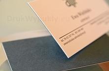 Wizytówka wykonaliśmy metodą kaszerowania, czyli klejenia dwóch warstw papieru. Do tego projektu wykorzystaliśmy kredowo biały papier 350g oraz ciemnozielony papier Keaykolour E...