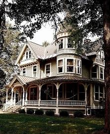 Rozbudowana bryła domu amerykańskiego i charakterystyczne elewacje domów z US...