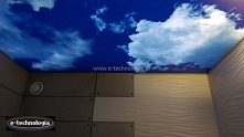 Sufit napinany w łazience jest nowoczesnym pomysłem na udekorowanie swojej łazienki. Sufit napinany z nadrukiem chmurek odzwierciedla efekt realnego nieba. Montaż sufitu napinan...