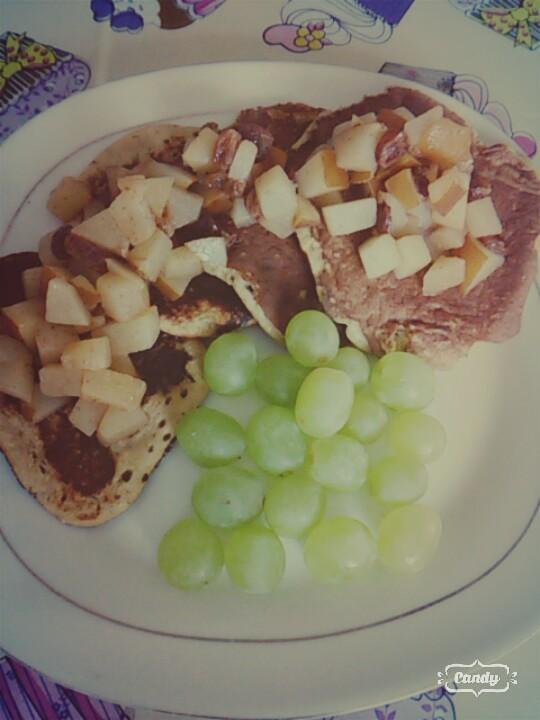 Placuszki z płatków owsianych banana,jajek i siemienia z dodatkiem gruszki duszonej z cynamonem i rodzynkami :)