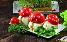 Smakowite... muchomory - kapelusze z pomidorów, a trzonki z faszerowanych jajek.