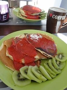 Pancakes (smażone na suchej patelni) z sosem truskawkowym i kiwi - dziś się postarałam :P  Składniki dla 4 osób: •2 szklanki mąki pszennej, przesianej •2 jajka •1,5 szklanki ...