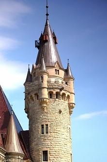 Wieżyczka zamku w Mosznej. (Po przybliżeniu zdjęcia da się zauważyć szkielet ...