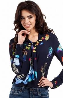Moe MOE223 bluzka granatowa Zwiewna bluzka, wiązana plisa przy dekolcie, długie rękawy zapinane na napki