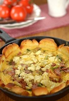 Śniadaniowa tarta z bułek i jajek