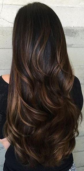 Przepiękne długie włosy z delikatnymi falami. Cudowne odcienie brązu, a ten błysk - niebo!