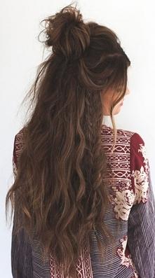 Włosy żyjące własnym życiem - rozpuszczone, złapane w malutki kok, bomba! Dłu...