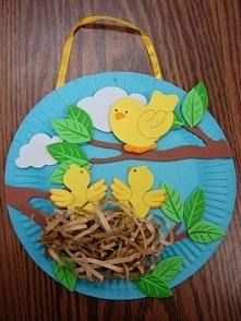 Ptaszki w gniazdku z talerzyka
