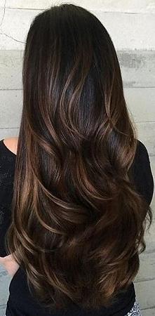 Przepiękne długie włosy z delikatnymi falami. Cudowne odcienie brązu, a ten b...
