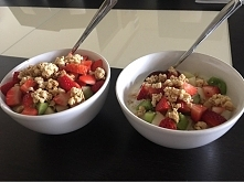 nawet mój facet skusił sie na fit śniadanko :P banan, gruszka, truskawka, kiwi, activia i crunchy :) jamii ❤️