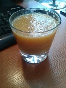 1 pomarańcz 1 jabłko 1 łodyga selera naciowego woda (według uznania) Polecam ...