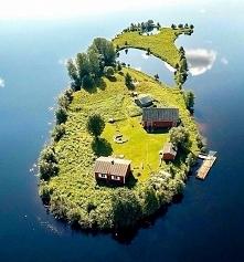 Malutka wyspa w Rovaniemi, Finlandia.