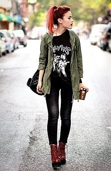 Z pazurkiem i kobieca. Świetna dziewczyna :) Luźna stylizacja i te włosy - bo...