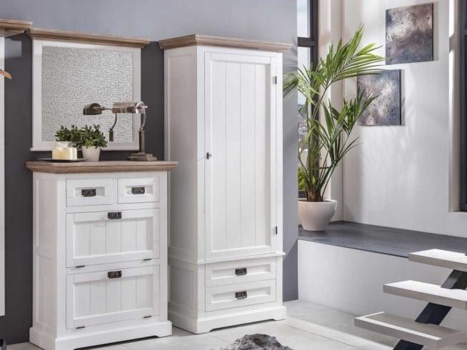 Stylowa biała szafa jednodrzwiowa z kolekcji Raisa wykonana z drewna lipowego. Cała kolekcja oraz wiele więcej mebli dostępne na seart.pl