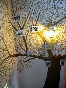 Drzewo na ścianie w domu ze...