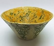 Słoneczna ceramiczna misa to radosna gliniana propozycja z wytłoczeniami koronkowymi na zewnątrz, przetartymi zielonym szkliwem.