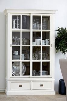Szeroka biała witryna z kolekcji Olsen wykonana z drewna dębowego. Cała kolekcja oraz wiele więcej mebli dostępne na seart.pl