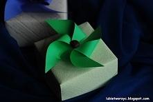 Wiatrak z papieru jako kokarda prezentowa