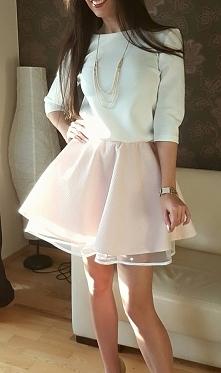 sukienka biało pudrowa z dekoldem na plecach