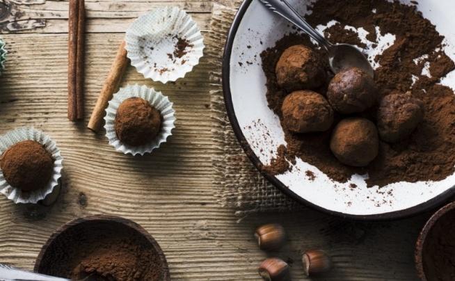 Dietetyczne czekoladowe truffle – ok 55 kcal ❤️  Przepis na dietetyczne czekoladowe truffle, które posiadają tylko ok 55 kcal ?  To możliwe? Tak ! Specjalnie z okazji Dnia Czekolady przygotowaliśmy dla was przepis na przepyszne, zdrowe, a przede wszystkim FIT truffle z czekolady. Zrobisz je sama w 10 minut ;)  Przepis znajdziesz na blogu FitPlanner ;)  A jeśli szukasz w swojej okolicy fitness klubu, siłowni lub innego obiektu sportowego, to wyszukasz je na FitPlanner - wyszukiwarce zajęć sportowych, klubów i instruktorów ;)