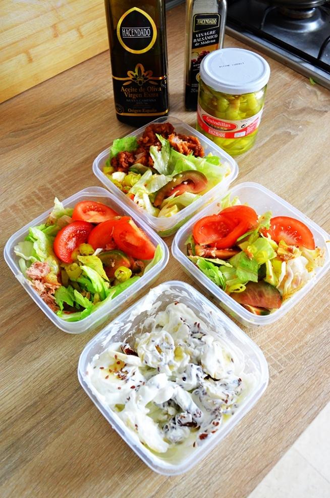 Dzisiejszy set* Banan/daktyle/siemie/jogurt grecki 2. Salata lodowa/pomidory czerwone/zielone/oliwa z oliwek/ocet balsamiczny/ser żółty/papryka ostra 3.tunczyk/salata lodowa/pomidory/oliwa z oliwek/ocet balsamiczny/4.indyk smazony z panierce/salata lodowa/pomidory czerwone/zielone/oliwa/pieprz/papryka. Do tego śniadanie jaja na pomidorach, i zupa krem z marchwi i mleka migdałowego. Dziś trening :)