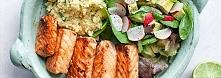 Zestaw lunchowy z łososiem teriyaki, kaszą jaglaną i sałatką z awokado  Łososia oczyścić ze skóry, podzielić na 4 kawałki, opłukać, osuszyć i zamarynować na 1 godzinę w mieszanc...