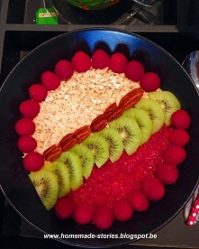 Pomysł na łatwą a bardzo smaczną i miłą dla oka owsiankę! Z cyklu śniadanie nie musi być nudne! Więcej u mnie na blogu!  homemade-stories.blogspot.be