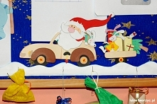 Mikołaj jedzie samochodem - świąteczna ozdóbka tablicy korkowej w sali przedszkolnej
