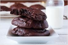 SKŁADNIKI NA CIASTKA: ILOŚĆ: 1 blaszka ciastek 1 1/3 szklanki cukru pudru 1 szklanka kakao 3 białka 1 łyżeczka ekstraktu z wanilii 1/2 szklanki chipsów czekoladowych / kropelek ...