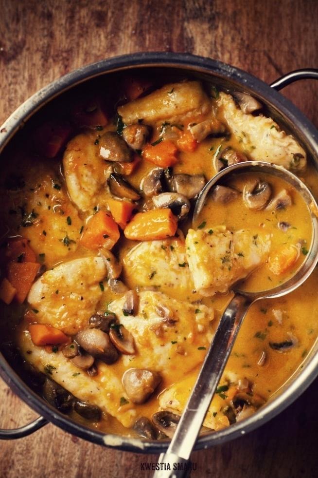 Pierś z kurczaka ala gulasz  (4 porcje) 1 podwójna pierś z kurczaka   sól i pieprz  1/2 łyżeczki suszonego tymianku 700 g dyni ze skórą lub 450 g miąższu  300 g pieczarek  1 cebula  3 łyżki mąki  2 i 1/2 łyżki masła  1 łyżka oliwy  125 ml śmietanki 30%  600 ml bulionu - przepis  1 łyżka posiekanej natki pietruszki Domowy wywar z jarzyn:  3 szkl wody  1 łyżka oliwy  1 łyżka sosu sojowego  3 gałązki natki pietruszki z listkami  1 marchewka  1/2 małej pietruszki  kawałek pora  sól i pieprz Do rondla wlać 3 szkl wody, dodać oliwę, sos sojowy, natkę oraz pokrojoną marchewką, pietruszką, por. Doprawić szczyptą soli i zagotować. Gotować na małym ogniu przez 30 min do czasu aż marchewka będzie bardzo miękka. Pod koniec doprawić pieprzem. Odcedzić. Do potrawy dodajemy gorący wywar.  Piersi oczyścić, rozdzielić na dwie pojedyncze. Każdą przekroić na 2 części, grubszą i cieńszą. Grubszą część przekroić w poprzek na 2 cieńsze filety, oprószyć solą, pieprzem, dodać tymianek i 1 łyżkę oliwy. Dokładnie wymieszać. Następnie dodać 2 łyżki mąki i dokładnie obtoczyć w niej filety, odstawić. Dynię pokroić na kilka mniejszych kawałków. Pieczarki pokroić na kawałki. Cebulę pokroić w kostkę. Rozgrzać większy garnek. Roztopić 1 łyżkę masła, włożyć piersi kurczaka i smażyć na większym ogniu przez 2 min aż od spodu lekko się zrumienią. Przełożyć na drugą stronę i smażyć przez 2 minuty. Wyjąć na talerz.  Do tego samego garnka wlać 1 łyżkę oliwy i wrzucić pieczarki i cebulę. Smażyć na większym ogniu przez 2 min, aż będą zrumienione, odłożyć na talerz.  Do garnka włożyć dynię, 1/2 łyżkę masła, posolić i podsmażać przez 3 min. Na dyni położyć piersi kurczaka i podgrzewać razem przez 2 min. Wlać gorący bulion i całość zagotować. Piersi kurczaka nie muszą być całkowicie zanurzone w sosie, tylko do połowy. Przykryć i gotować na umiarkowanym ogniu przez 3 min aż dynia będzie miękka.  Do miski wlać kilka łyżek sosu z garnka, dodać 3 łyżki śmietanki i wymieszać. Dodać resztę kremówki i wymieszać. Śmie
