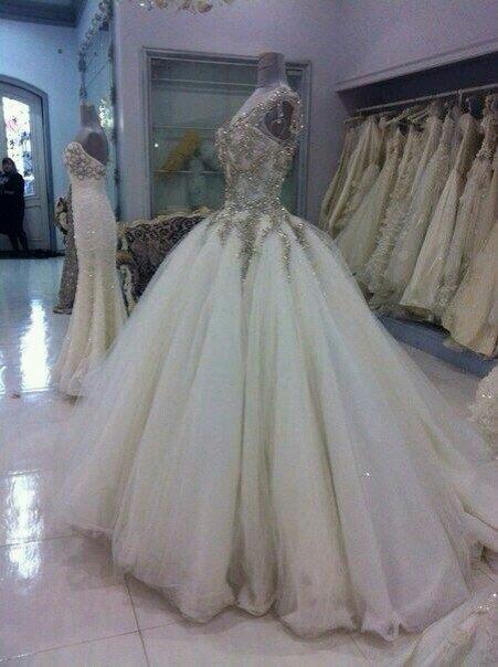 Błyszcząca Suknia ślubna Ze Złotymi Zdobieniami Na Górze Na Suknie