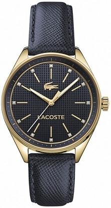 granatowy zegarek Lacoste ze skórzanym paskiem tłoczonym w uroczą krateczkę. Fakturę przeniesiono również na tarczę zeegarka. Przy indeksach widnieją piękne kryształki