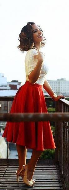 Piękna kobieta :) Ta spódni...