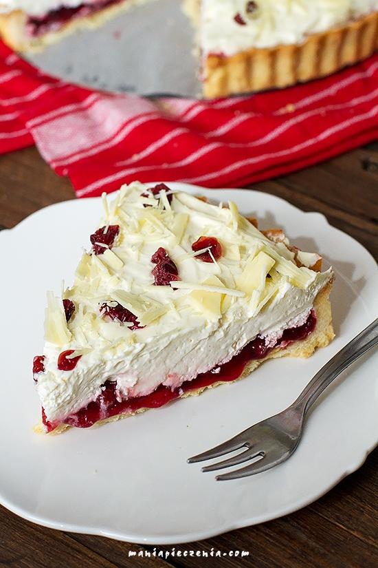 Lingontårta czyli kruche ciasto, duuużo kwaśnej borówki, warstwa bitej śmietany, płatki białej czekolady i suszona żurawina.. Pycha! Polecam!