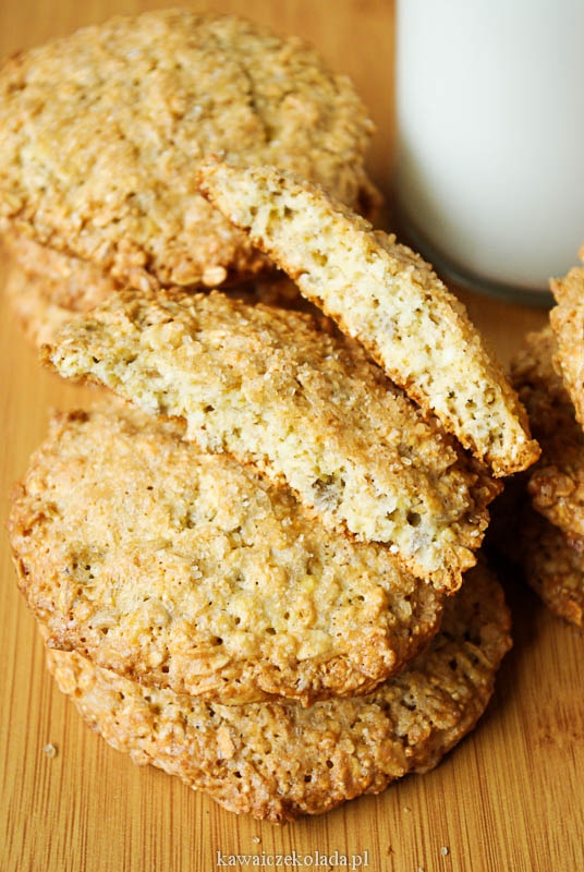 Owsiane ciastka z amarantusem sprawdzony przepis ;)  Składniki:  2 szklanki płatków owsianych  1 szklanka amarantusa ekspandowanego  1 szklanka płatków jaglanych  1 szklanka mąki pszennej  ½ szklanki ziaren słonecznika  ¾ szklanki cukru  1 ½ łyżeczki proszku do pieczenia (opcjonalnie)  100 g roztopionego masła  3 jajka  Dodatkowo:  2 łyżki cukru trzcinowego lub brązowego  do posypania ciastek  1 łyżka mleka (opcjonalnie)  ja dodaje czasem jeszcze rodzynki, gorzką czekoladę i migdały :)  Wykonanie:  Piekarnik nastawiamy na 180st. C.  Wszystkie suche składniki przesypujemy do większej miski. Mieszamy. Do suchych składników dodajemy roztopione masło i roztrzepane jajka. Składniki dokładnie mieszamy, (jeśli masa będzie za sucha dodajemy odrobinę mleka). Ciasteczka przekładamy za pomocą łyżki (spłaszczając je) na blachę wyłożoną papierem do pieczenia w ok. 2 cm odstępach (formując ciastka możemy sobie pomóc obręczą). Ciasteczka posypujemy cukrem  i pieczemy ok.20 minut.