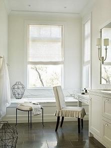 Łazienka z oknem otwieranym do góry, wanna przy oknie, biała łazienka - zobac...