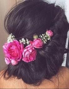 Cudne upięcie z kwiatkami :P