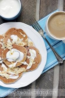 Proteinowe placki z owocami (pancakes).