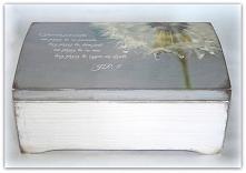 Subtelna, delikatna i unikatowa skrzynka z cytatem Jana Pawła II> idealna na prezent komunijny. Wykonam na zamówienie. W razie zainteresowania proszę pisać w komentarzu.