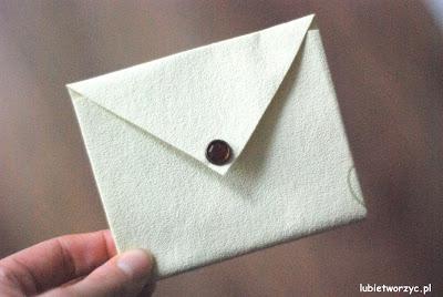 Filmik przedstawiający proces tworzenia kopert z papierowego serca