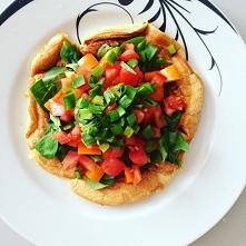#1 Śniadanie: omlet z 2 jaj z roszponką, papryką, pomidorami i szczypiorem sm...
