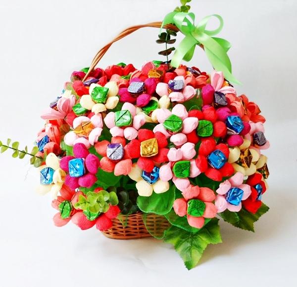 Kosz z cukierkami i kwiatami z krepiny- różne ilości do wyboru  Więcej na kwiatyupominki.net